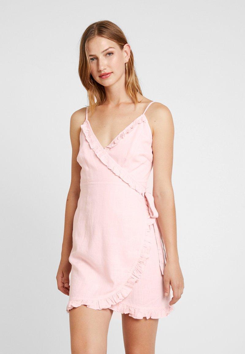 NA-KD - QUEEN OF JETLAG OVERLAPPED FRILL DRESS - Freizeitkleid - dusty pink
