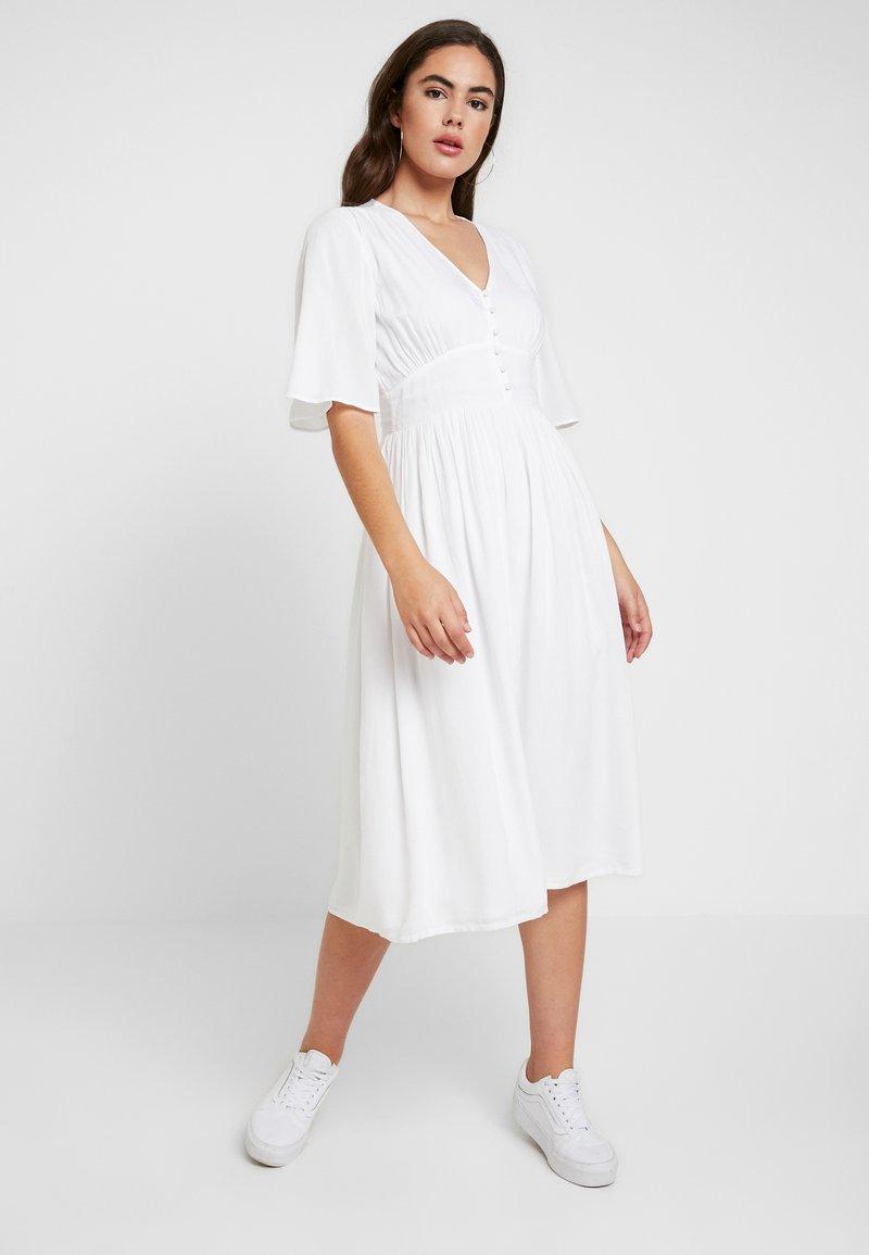 NA-KD - JULIA WIENIAWA MARKED WAIST WIDE SLEEVE MIDI DRESS - Maxi šaty - white