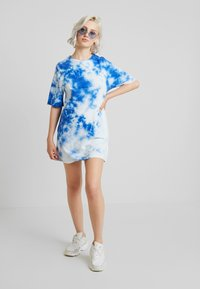 NA-KD - OVERSIZED TIE DYE DRESS - Vestito di maglina - blue - 2