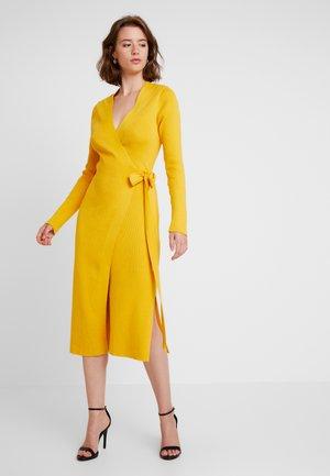 DRESS - Pletené šaty - mustard