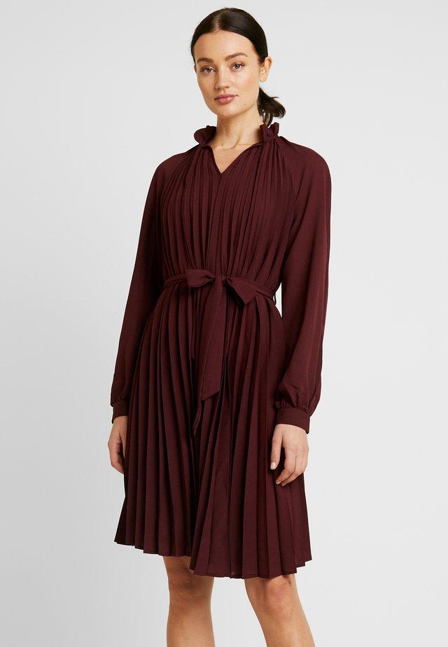 TIED WAIST PLEATED SKIRT DRESS - Freizeitkleid - burgundy
