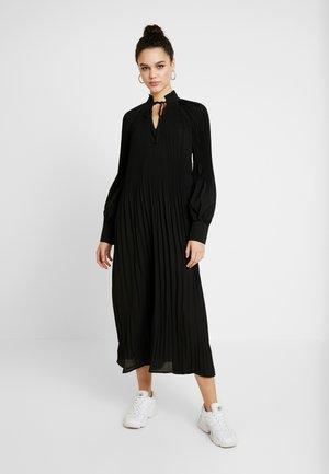TIE NECK PLEATED DRESS - Maxikjole - black