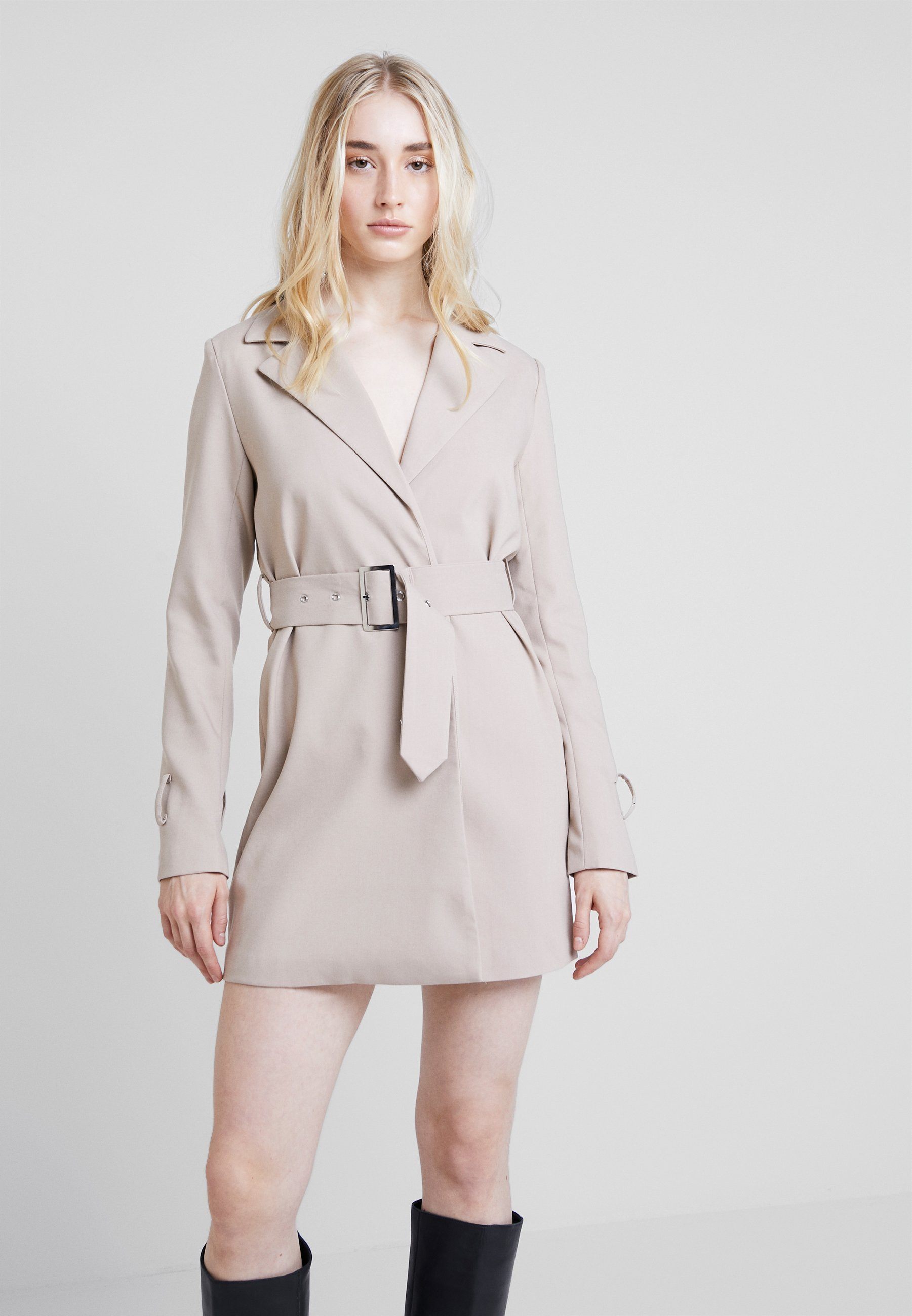 NA-KD WIDE BELTED BLAZER DRESS - Vestito estivo beige