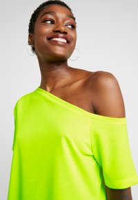 NA-KD - OFF SHOULDER RELAXED - Vestido ligero - neon yellow - 5