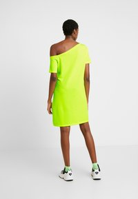 NA-KD - OFF SHOULDER RELAXED - Vestido ligero - neon yellow - 3