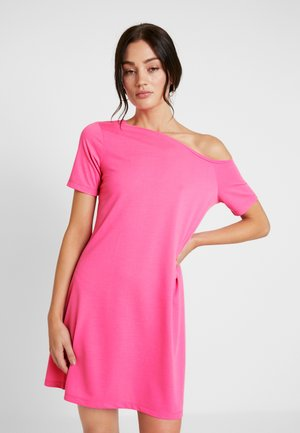 OFF SHOULDER RELAXED - Žerzejové šaty - neon pink