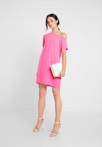 NA-KD - OFF SHOULDER RELAXED - Žerzejové šaty - neon pink - 2