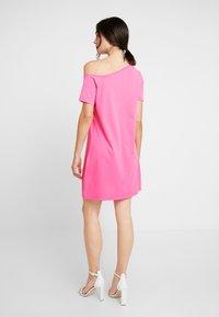 NA-KD - OFF SHOULDER RELAXED - Žerzejové šaty - neon pink - 3