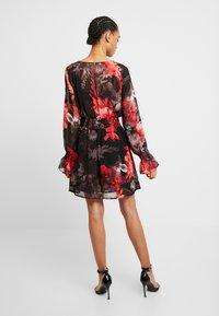 NA-KD - SMOCKED V NECK MINI DRESS - Denní šaty - multi-coloured - 3
