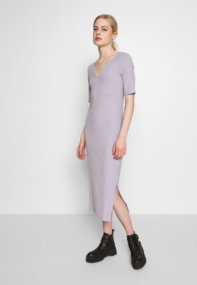 RIBBED V-NECK MIDI DRESS - Korte jurk - purple