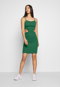 NA-KD - OPEN SIDE DETAIL DRESS - Shift dress - emerald green