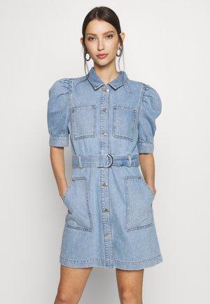 PUFF SLEEVE BELTED DRESS - Spijkerjurk - light blue denim