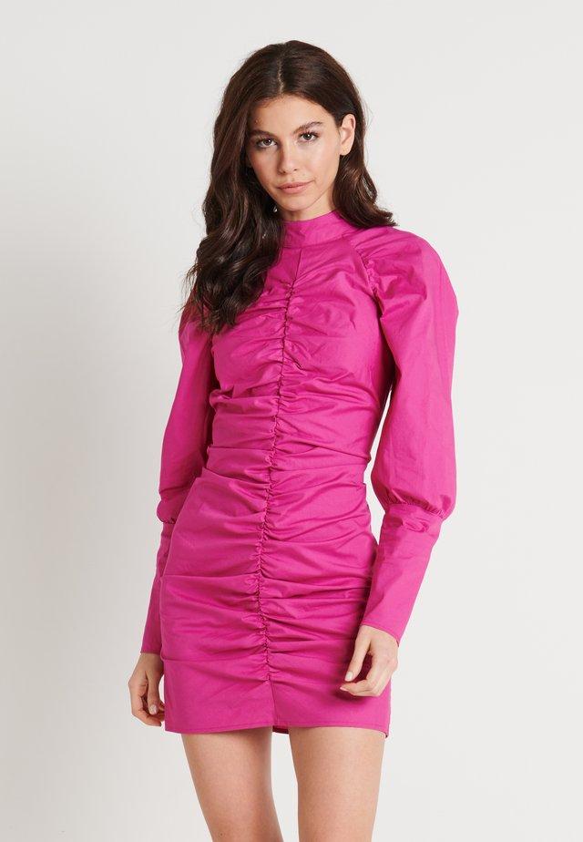 HIGH NECK ELASTIC DETAIL DRESS - Sukienka etui - cerise