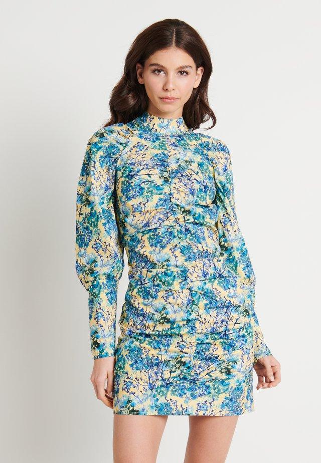 ZALANDO X NA-KD HIGH NECK ELASTIC DETAIL DRESS - Vapaa-ajan mekko - yellow