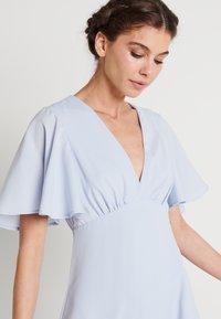 NA-KD - ZALANDO X NA-KD V NECK FLOWY DRESS - Suknia balowa - dusty blue - 4