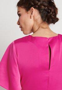 NA-KD - ZALANDO X NA-KD WIDE FLOWY SLEEVE MIDI DRESS - Day dress - cerise - 3