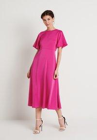 NA-KD - ZALANDO X NA-KD WIDE FLOWY SLEEVE MIDI DRESS - Day dress - cerise - 0