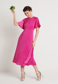 NA-KD - ZALANDO X NA-KD WIDE FLOWY SLEEVE MIDI DRESS - Day dress - cerise - 1