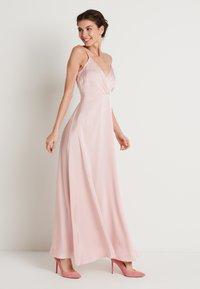 NA-KD - V-NECK FLOWY DRESS - Maxi-jurk - dusty pink - 0