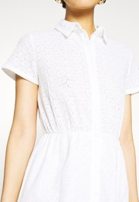 NA-KD - SHORT SLEEVE ANGLAISE DRESS - Skjortekjole - white - 6