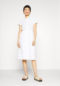 NA-KD - SHORT SLEEVE ANGLAISE DRESS - Skjortekjole - white - 0