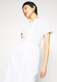 NA-KD - SHORT SLEEVE ANGLAISE DRESS - Skjortekjole - white - 4