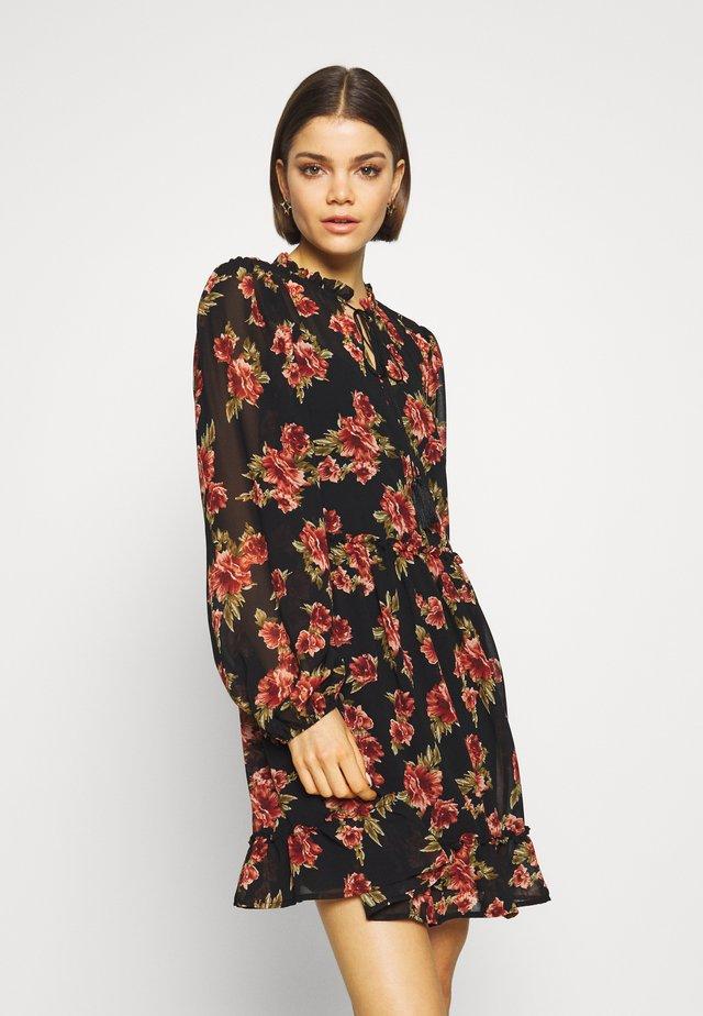 FLOWY MINI DRESS - Vapaa-ajan mekko - black/red flowers