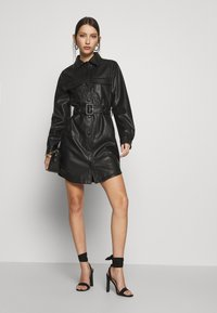NA-KD - SOFT BELTED MINI DRESS - Denní šaty - black - 1