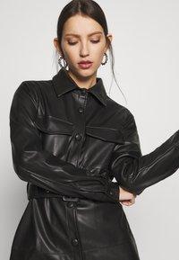 NA-KD - SOFT BELTED MINI DRESS - Denní šaty - black - 4