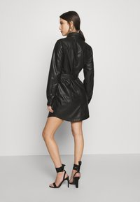 NA-KD - SOFT BELTED MINI DRESS - Denní šaty - black - 2