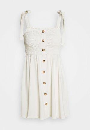 PAMELA REIF X NA-KD TIE STRAP SMOCKED DRESS - Sukienka letnia - white