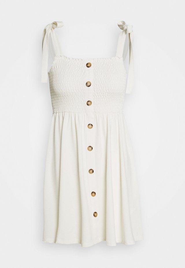 PAMELA REIF X NA-KD TIE STRAP SMOCKED DRESS - Denní šaty - white