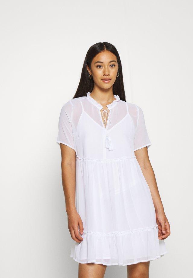 SHORT SLEEVE FLOWY MINI DRESS - Freizeitkleid - white