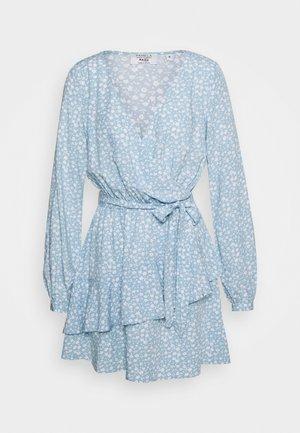 PAMELA REIF X NA-KD OVERLAPPED DETAIL FRILL MINI DRESS - Hverdagskjoler - light blue