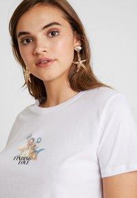 NA-KD - CUPID LOVE TEE - Print T-shirt - white - 4