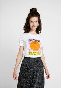 NA-KD - FUNK ROLL HEM - T-shirts med print - optical white - 0