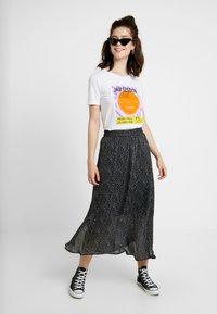 NA-KD - FUNK ROLL HEM - T-shirts med print - optical white - 1