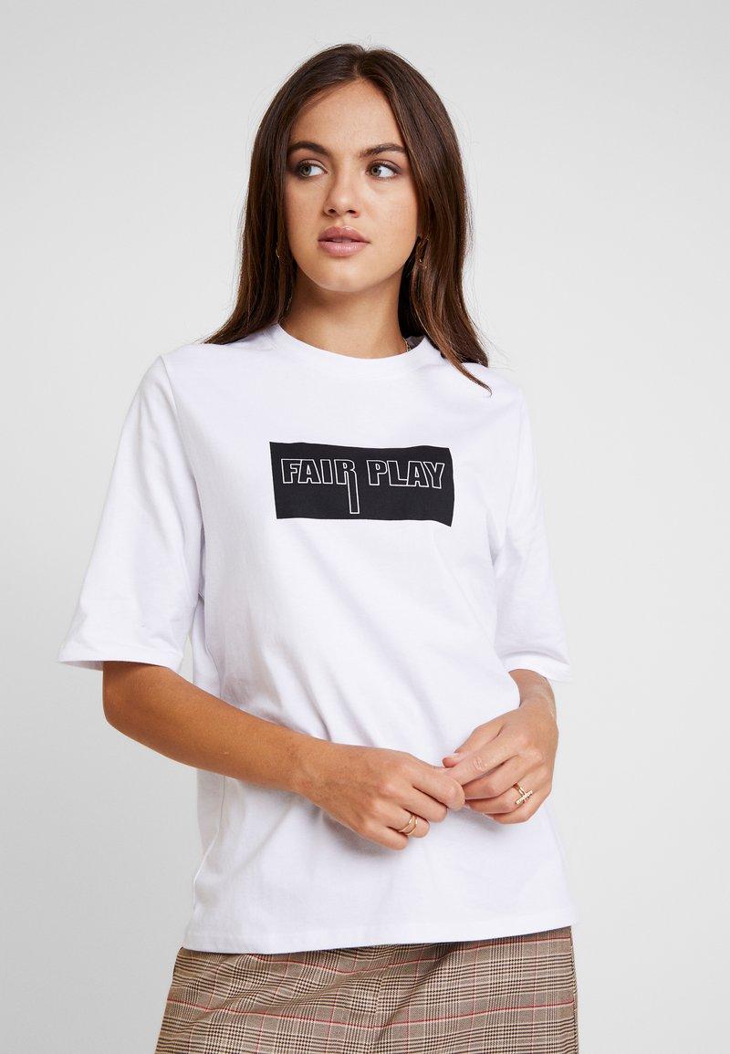 NA-KD - EMILIE BRITING FAIR PLAY - T-Shirt print - white
