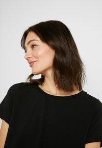 NA-KD - Pamela Reif x NA-KD RAW HEM CROPPED - Basic T-shirt - black - 4