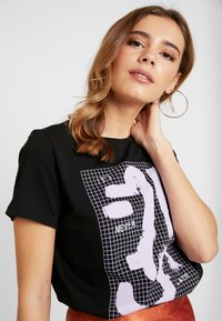 NA-KD - SIGN BASIC TEE - T-shirts med print - black - 3
