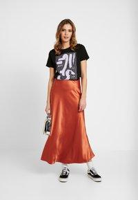 NA-KD - SIGN BASIC TEE - T-shirts med print - black - 1