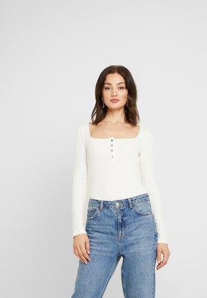 Pamela Reif x NA-KD LONG SLEEVE BUTTON DETAIL BODYSUIT - T-shirt à manches longues - off white