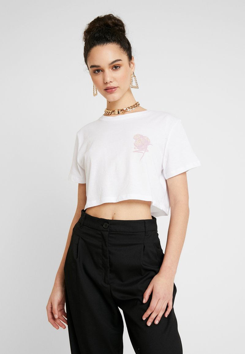 NA-KD - FLOWER CROPPED TEE - Print T-shirt - white