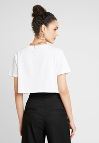 NA-KD - FLOWER CROPPED TEE - Print T-shirt - white - 2