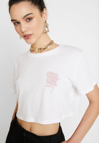 NA-KD - FLOWER CROPPED TEE - Print T-shirt - white - 5
