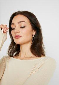 NA-KD - Pamela Reif x NA-KD LONG SLEEVE BOAT NECK - Camiseta de manga larga - beige - 3