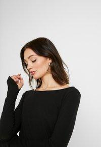 NA-KD - Pamela Reif x NA-KD LONG SLEEVE BOAT NECK - Top sdlouhým rukávem - black - 3