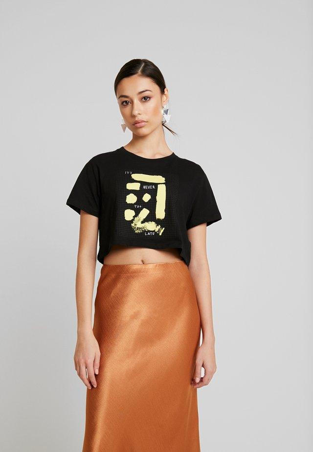 SIGN CROPPED TEE - Print T-shirt - black
