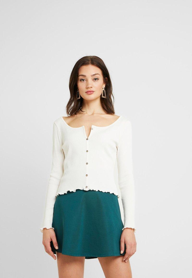 NA-KD - Pamela Reif x NA-KD LONG SLEEVE LETTUCE HEM CROP - Bluzka z długim rękawem - white