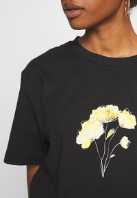 NA-KD - LINE FLOWER PRINTED TEE - Print T-shirt - black - 4